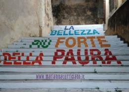 scale con scritta bellezza paura